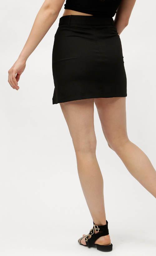 Černá sukně s délkou do půli stehen