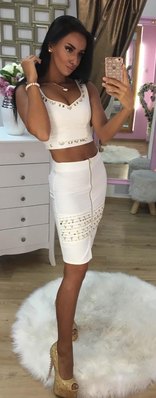 Bílá sukně a top se zlatým zdobením