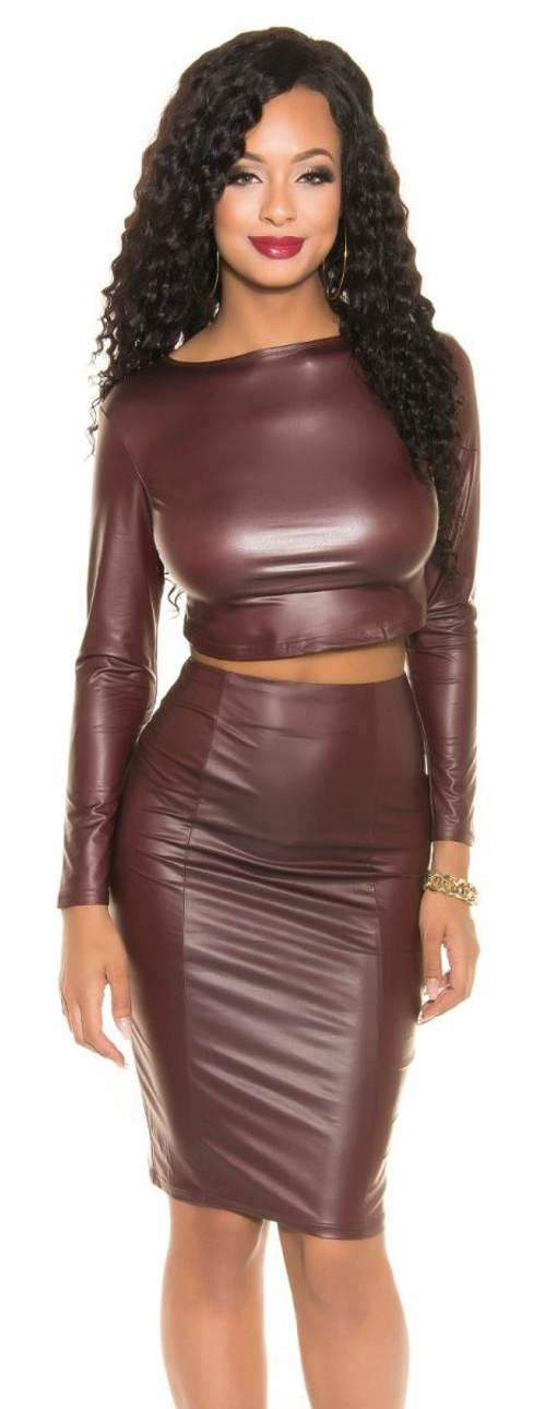 Červená koženková sukně