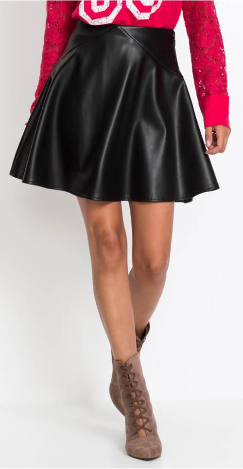 Krátká širší sukně v koženém vzhledu