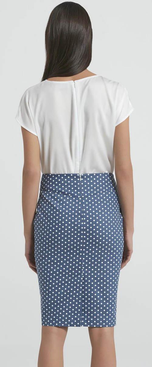 Modrá sukně s bílými puntíky
