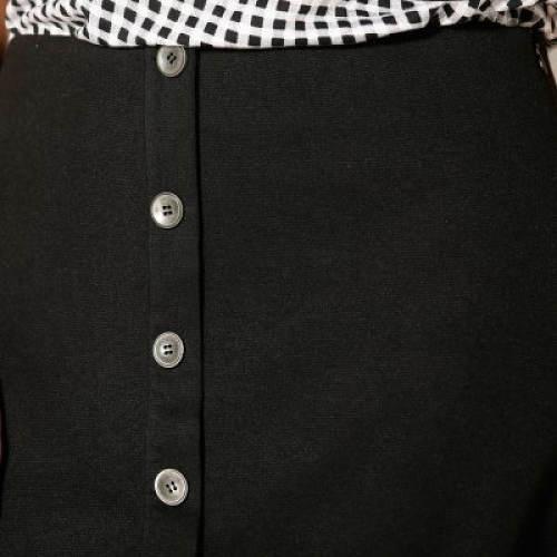 Ozdobné knoflíky na přední straně sukně