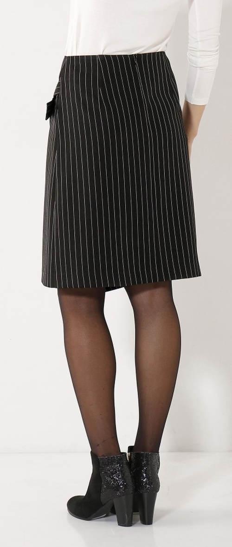 Černá společenská sukně s jemným bílým proužkem