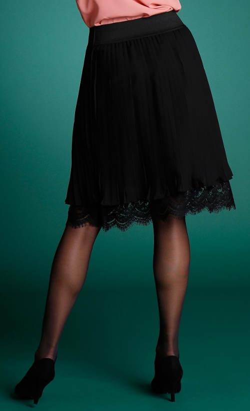 Skládaná sukně s krajkovým lemem