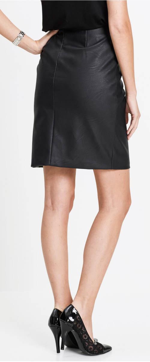 Černá kožená sukně nad kolena