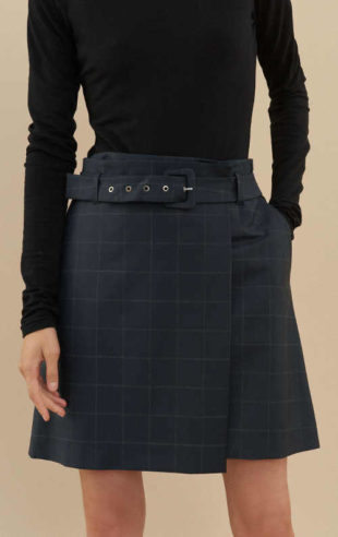 Elegantní dámská minisukně s páskem a jemným kostkovaným vzorem