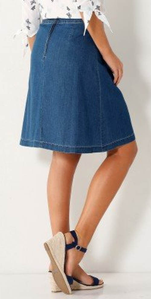 Širší riflová sukně nad kolena