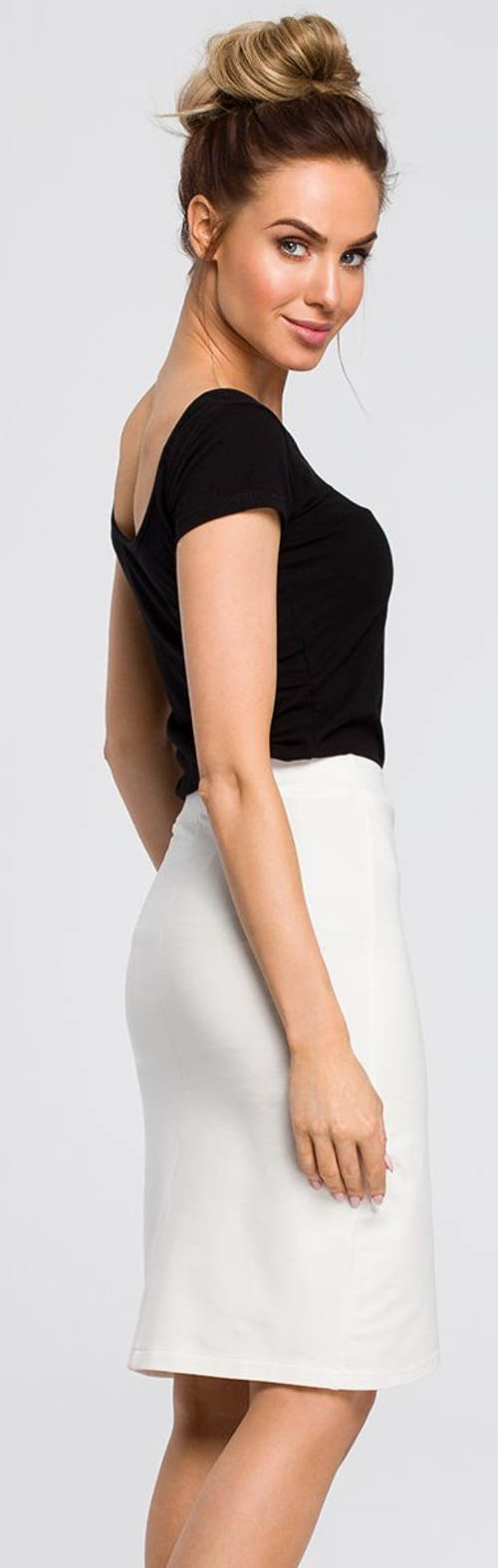 Úplá krémová sukně k černé halence