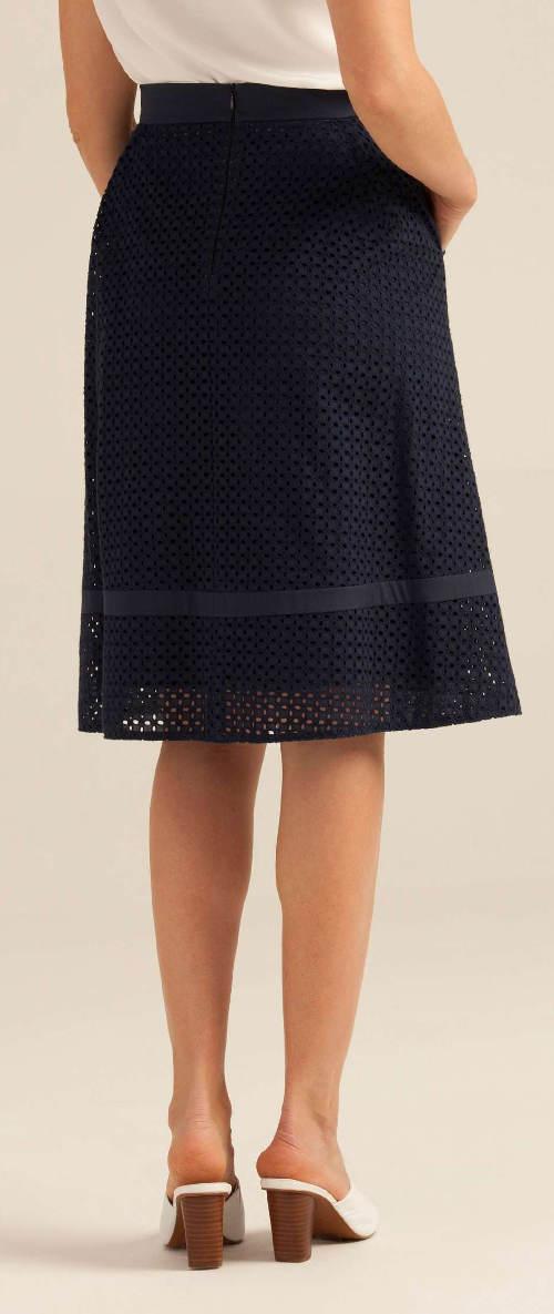 Tmavě modrá sukně s anglickou výšivkou