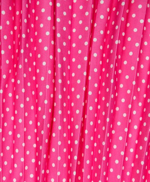 Drobné bílé puntíky na růžové sukni