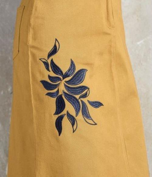 Květinová výšivka na sukni