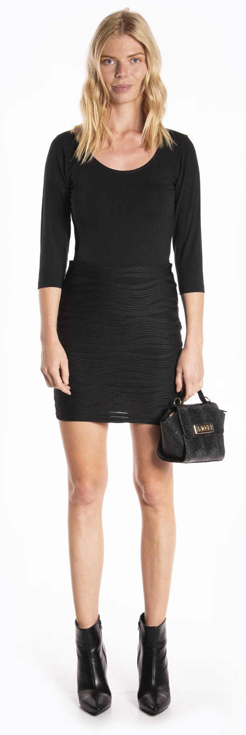 Krátká černá zeštíhlující sukně