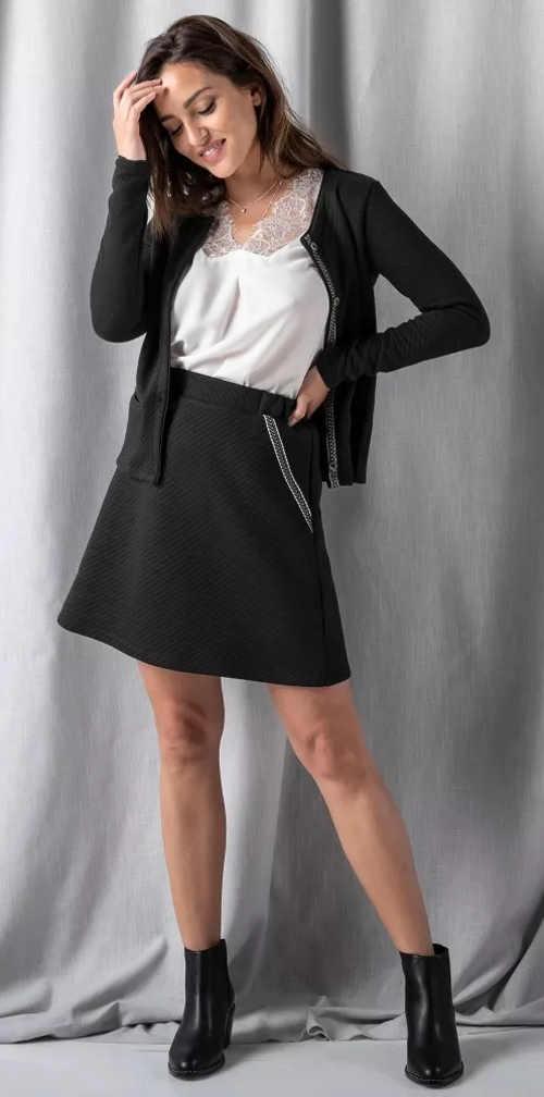 Krátká černá sukně rozšířeného střihu