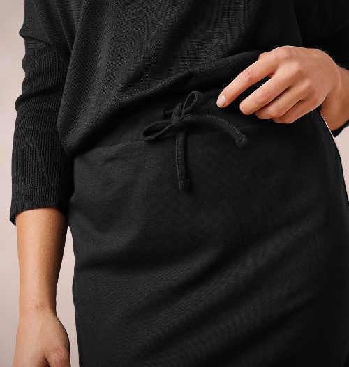 Černá úpletová sukně se stahovací šňůrkou v tunýlku