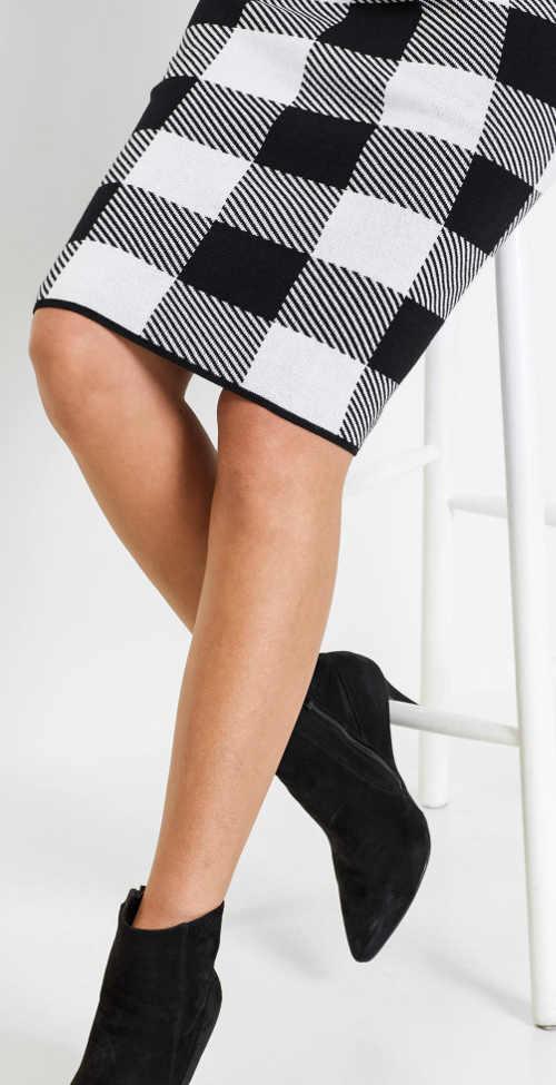 Černobílá pletená sukně s délkou ke kolenůmČernobílá pletená sukně s délkou ke kolenům