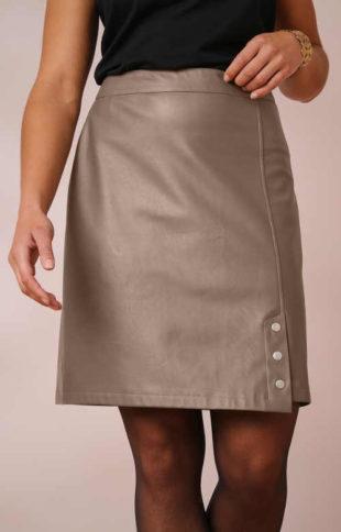Krátká koženková sukně karamelové barvy