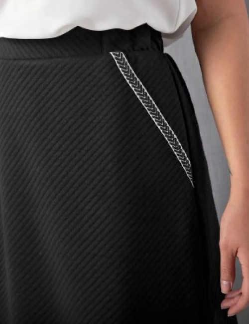 Ozdobné bílé prošití kapsy na černé sukni