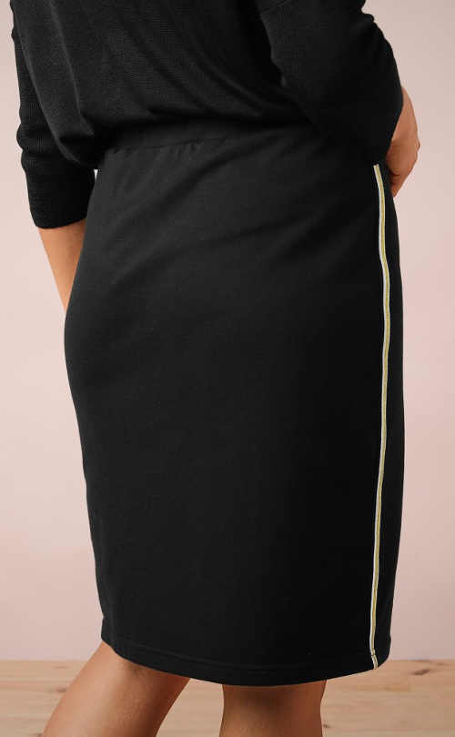 Sportovní úpletová sukně pro plnější tvary