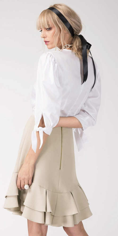 Béžová volánová sukně k bílé halence