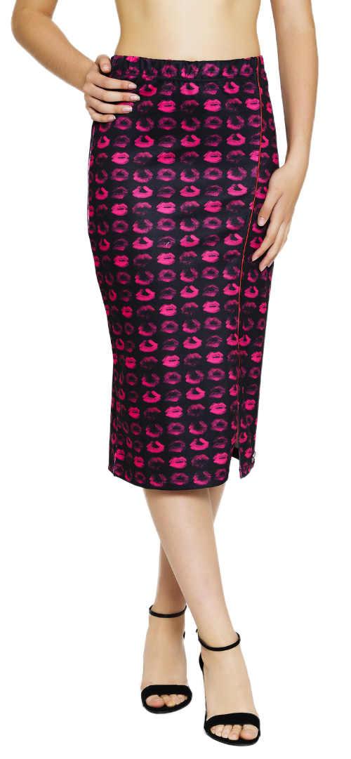 Černá pouzdrová midi sukně potiskem růžových pusinek