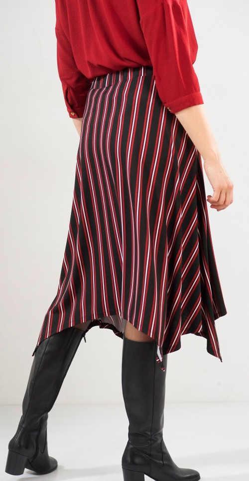 Pruhovaná dámská sukně ke kozačkám