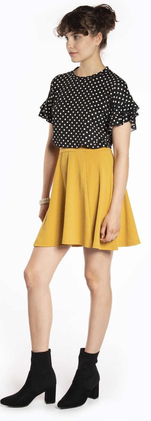 Žlutá letní sukně k černé puntíkované halence