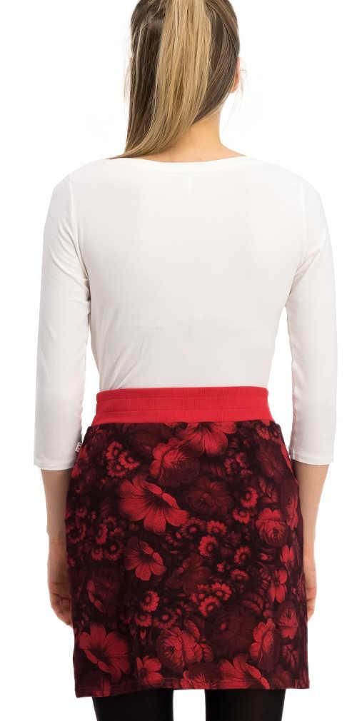 Krátká květinová sukně k legínám s vyšším červeným lemem v pase