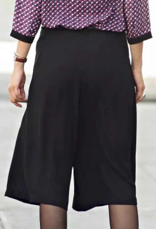 Letní černá kalhotová sukně pro plnoštíhlé