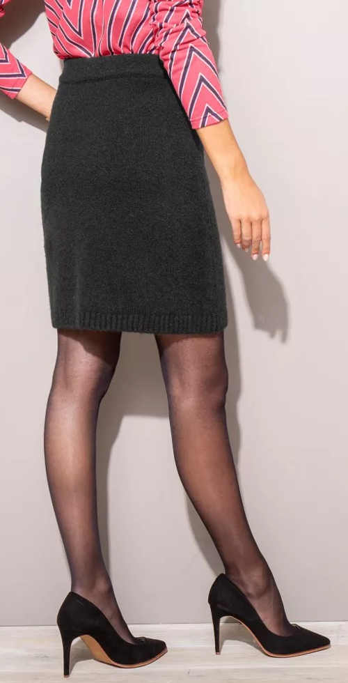 Černá pletená dámská sukně s délkou nad kolena