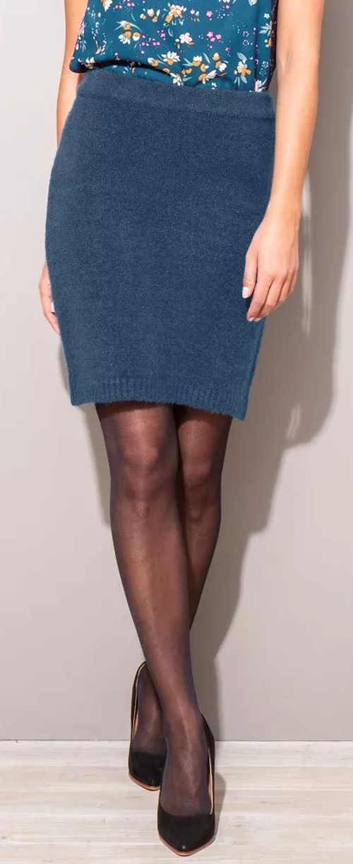 Modrá pletená dámská sukně na podzim a zimu