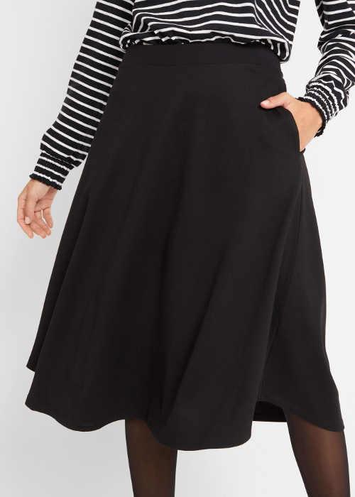 Rozšířená černá sukně pod kolena s kapsami