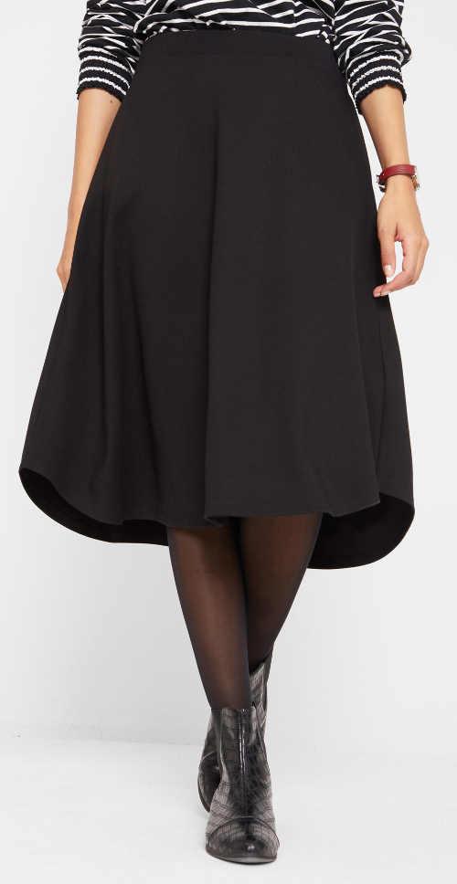 Široká černá sukně délkou pod kolena