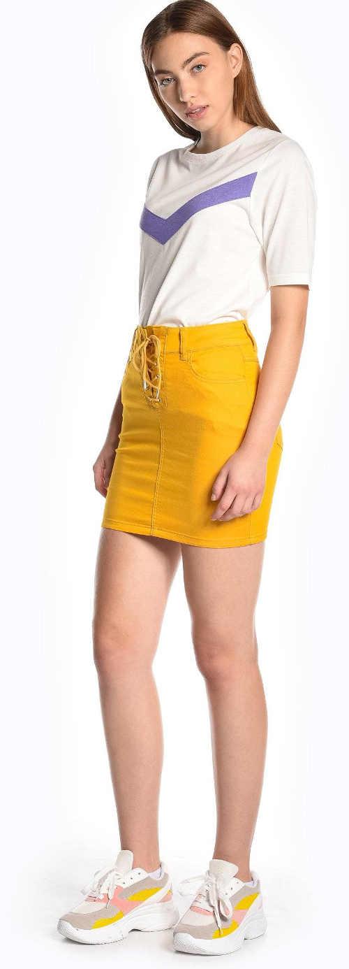 Žlutá minisukně pro mladé ženy a dívkyŽlutá minisukně pro mladé ženy a dívky