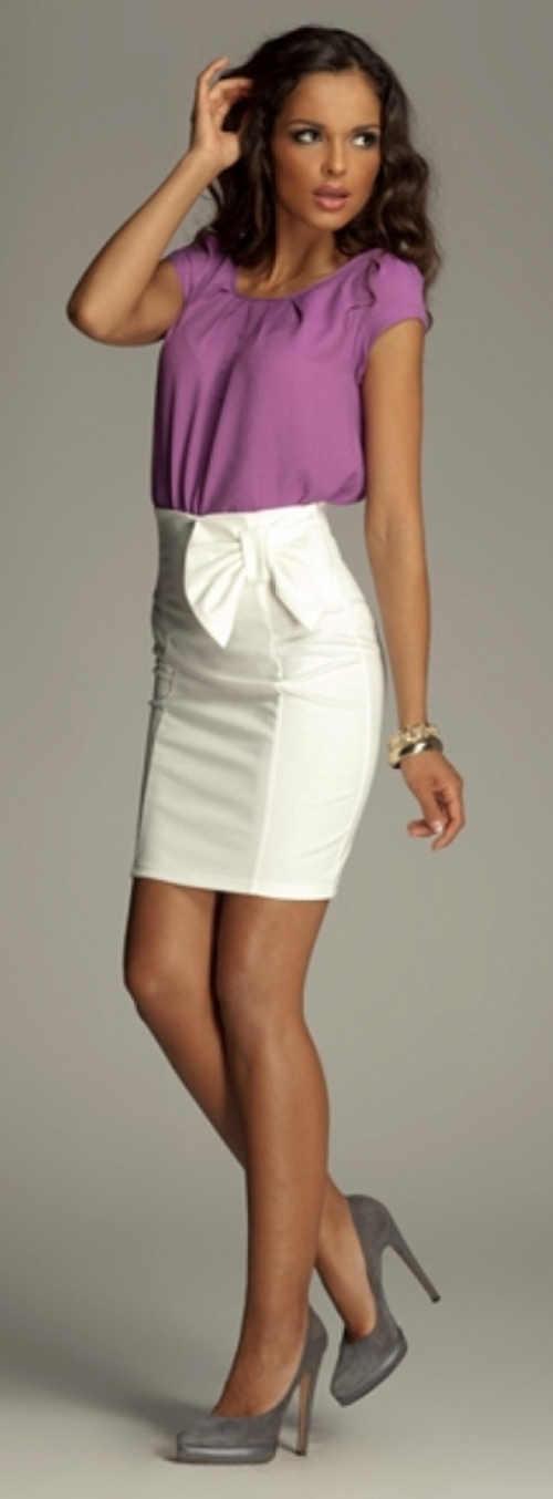 Bílá krátká společenská sukně s vysokým pasem a velkou mašlí