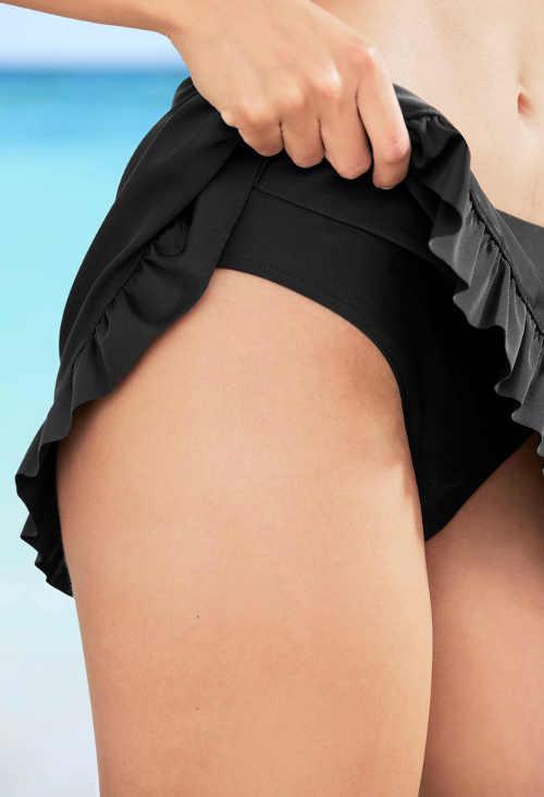 Černé plavkové kalhotky se sukýnkou zakrývající zadek