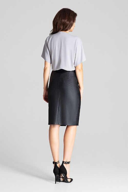 Dámská sukně v délce ke kolenům a rozparkem vpředu