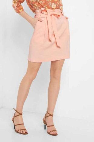 Krátká moderní dámská sukně v rovném střihu s páskem