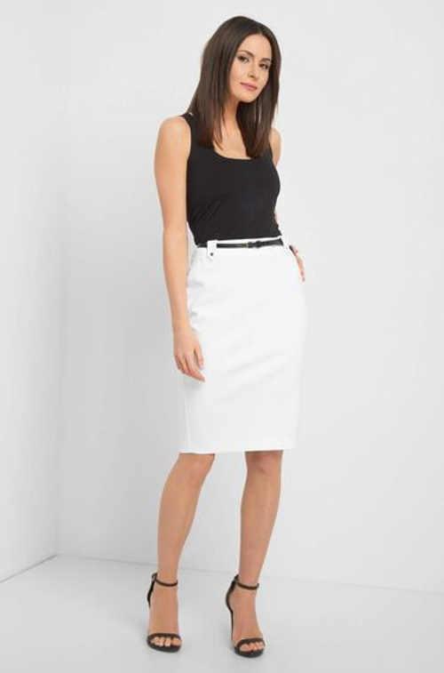 Přiléhavá sukně v délce ke kolenům s černým vzorovaným páskem