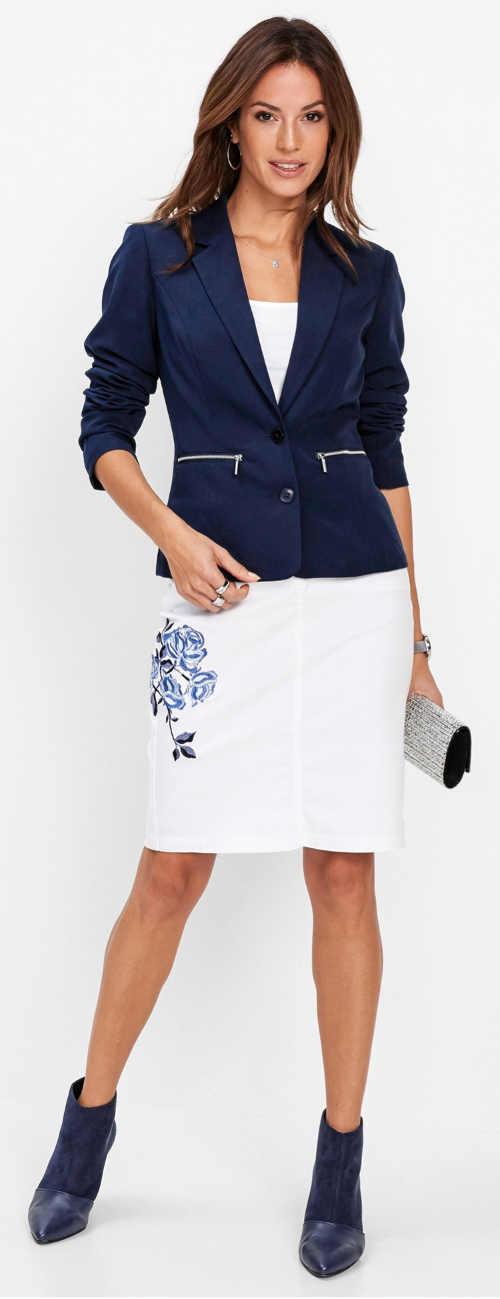 Bílá sukně s délkou ke kolenům a výšivkou na boku