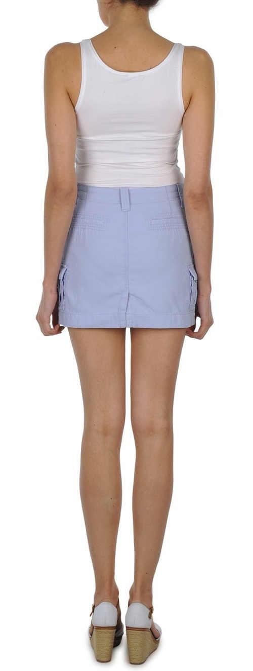Krátká světle modrá dámská sukně prodlužující nohy