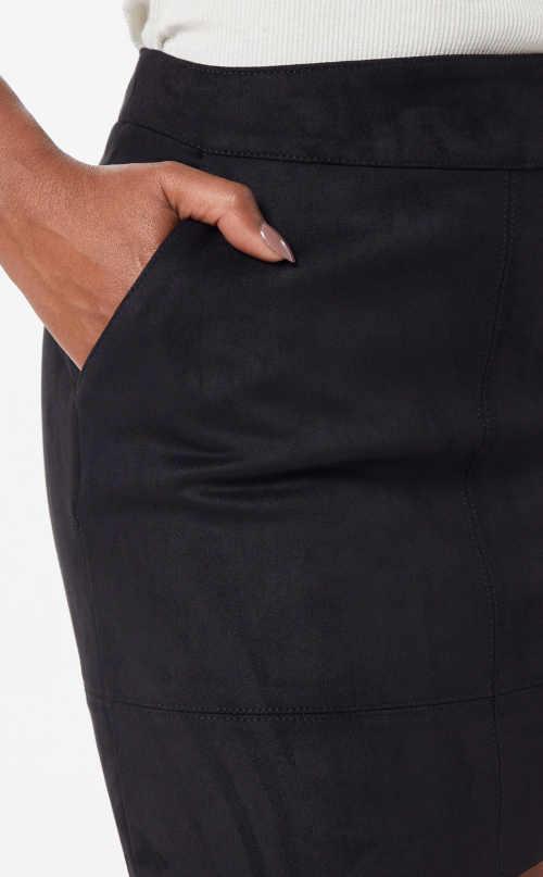Průhmatové kapsy na černém minisukni