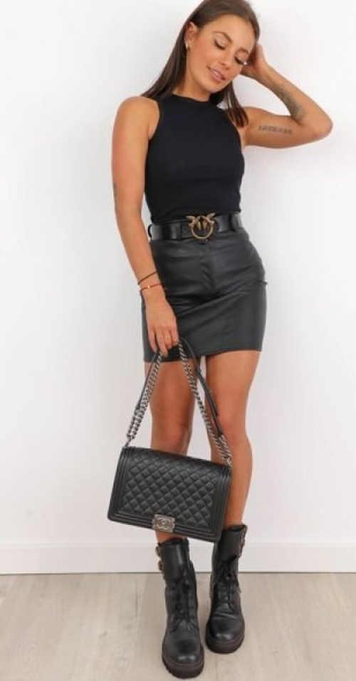 Černá mini sukně s páskem evokující kožený vzhled