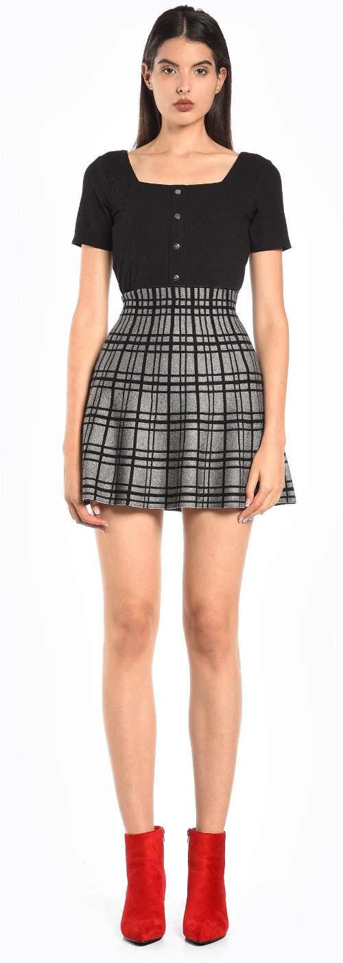 Krátká šedá károvaná sukně s vyšším pasem