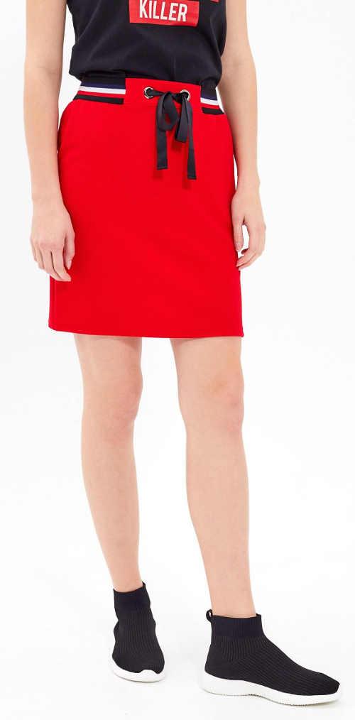 Levná červená sportovní sukně se stahovací šňůrkou v pase