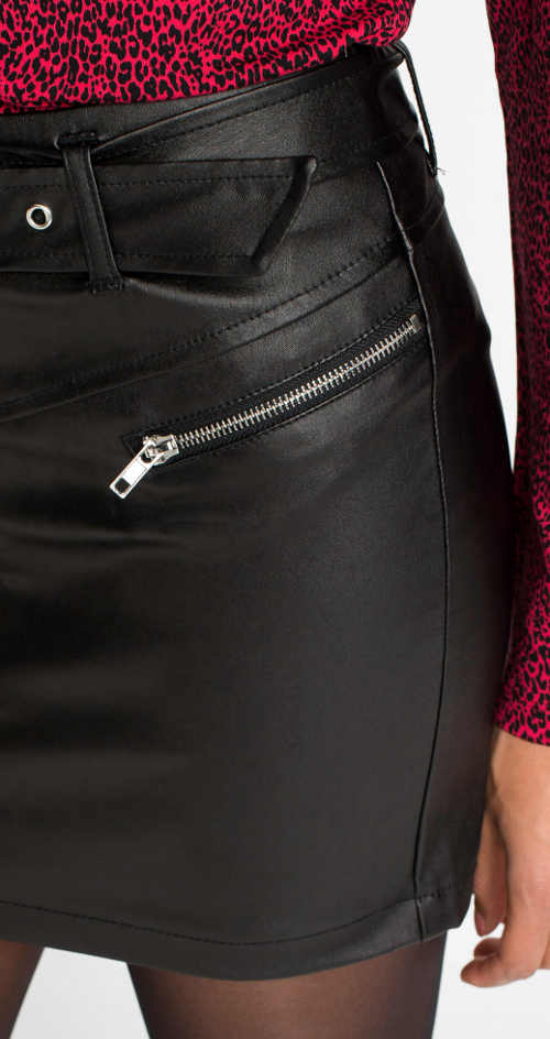 Černá kožená minisukně s ozdobnými kovovými zipy
