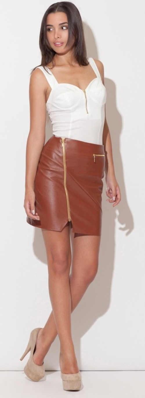 Hnědá kožená dámská sukně s asymetrickým zlatým zipem
