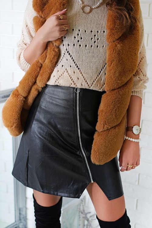 Černá krátká koženková sukně s asymetrickým zipem