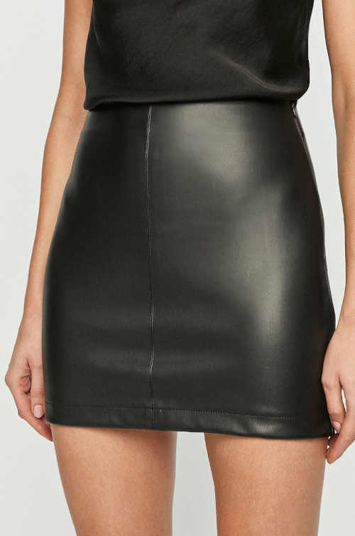 Krátká dámská sukně rovného střihu v imitaci kůže