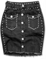 Černá džínová sukně oživena ozdobnými stříbrnými nýty