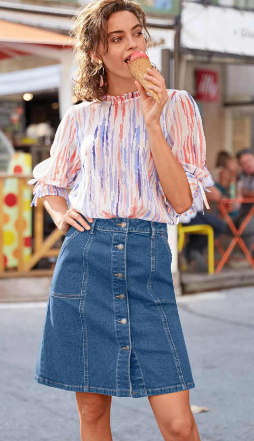 Džínová sukně v klasickém střihu s knoflíkovou légou